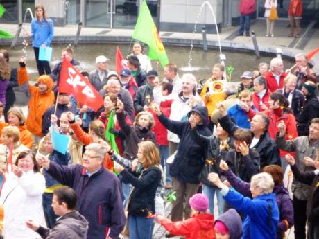 Demonstranten mit Sternspeiern symbolisieren Sonnenenergie